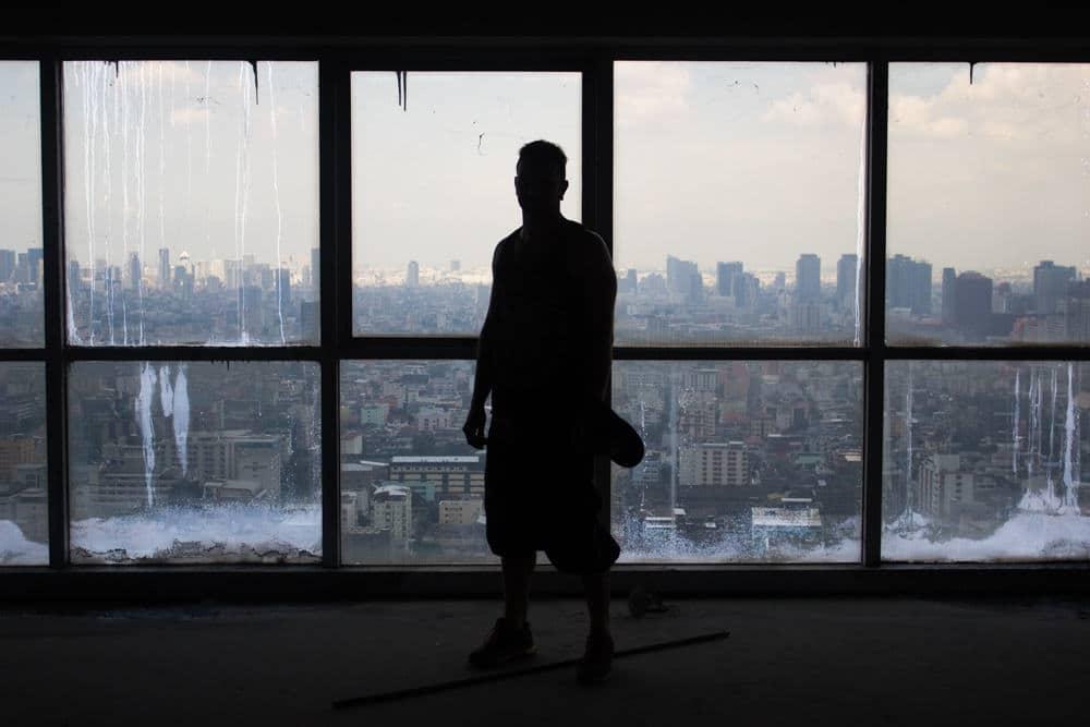 Bangkok è disseminata di 'ghost towers', edifici e grattacieli abbandonati. Il fenomeno è dovuto alla crisi finanziaria asiatica del 1997, che ha colpito duramente l'economia tailandese. Uno delle torri abbandonate più conosciute è l'I.C. Tower (o I.E. Tower o I.C.E Tower). La foto è di Camille Pesquer CandidLens Il testo riguarda il piacere della lettura