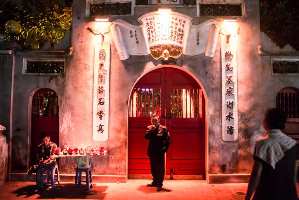 tempio al centro del west lake di Hanoi