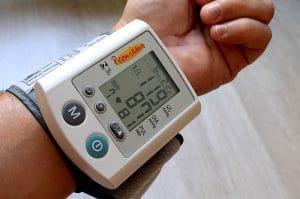 Controlla regolarmente la pressione sanguigna